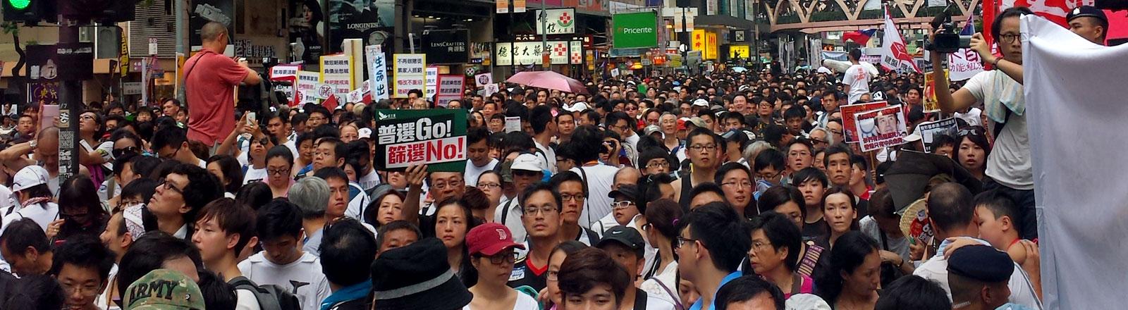Die Hongkonger demonstrieren  am 1.7.2014 für mehr Demokratie.