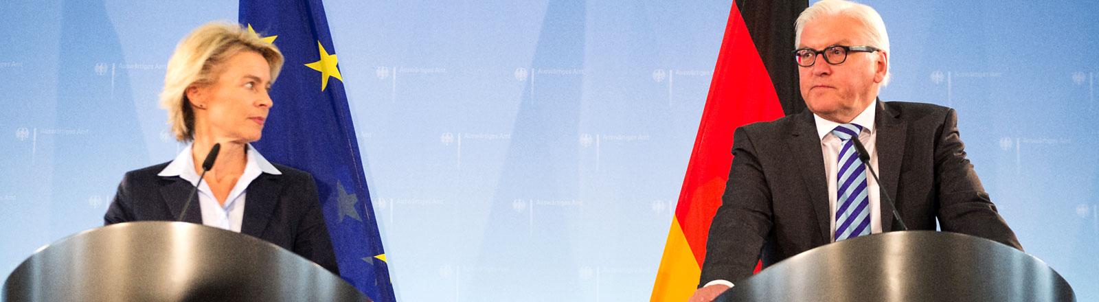 Verteidigungsministerin Ursula von der Leyen (CDU) und Bundesaußenminister Frank-Walter Steinmeier (SPD) nehmen am 20.08.2014 in Berlin an einer Pressekonferenz teil.
