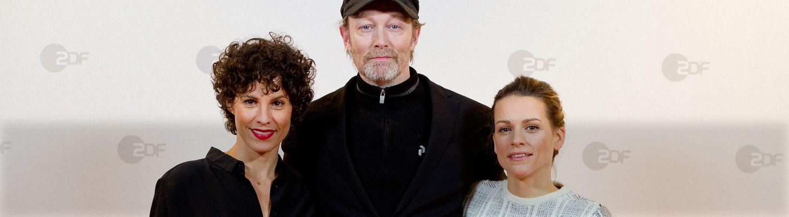 """Die Schauspieler Jasmin Gerat (l-r) als Jackie, Lars Mikkelsen als Harald und Veerle Baetens als Alicia Verbeek posieren am 21.01.2015 in Hamburg bei einem Fototermin zur ZDF-Krimireihe """"The Team""""."""