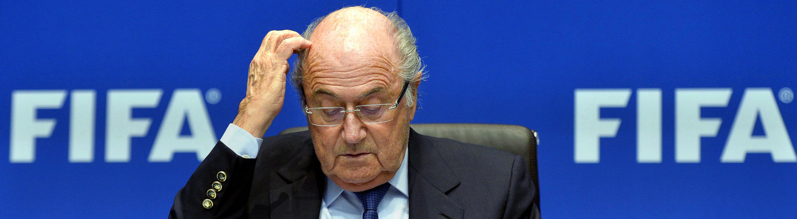 Sepp Blatter kratzt sich am Kopf.
