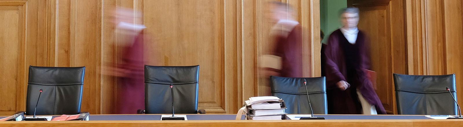 Die Richter des Bundesgerichtshofes (BGH) betreten einen Verhandlungssaal im Gebäude des Bundesverwaltungsgerichtes in Leipzig (am 28.06.2017); sie sind nur unscharf zu erkenne; Foto: dpa