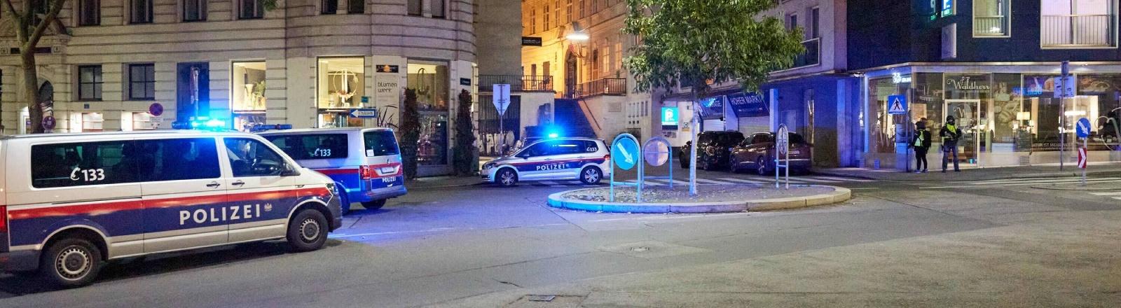 Tatort Zentrum: Polizeibeamte und Polizeifahrzeuge in der Wiener Innenstadt am 02.11.2020