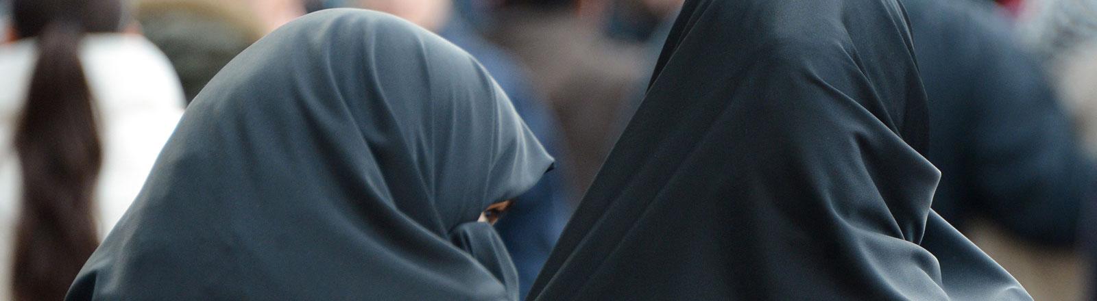 Verschleierte Frauen nehmen am 18.01.2014 auf dem Marktplatz in Pforzheim (Baden-Württemberg) an einer Veranstaltung des islamischen Predigers Pierre Vogel teil.