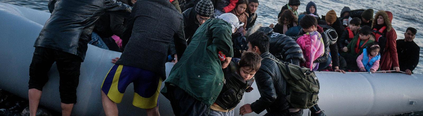 Geflüchtete kommen an der Küste von Lesbos an