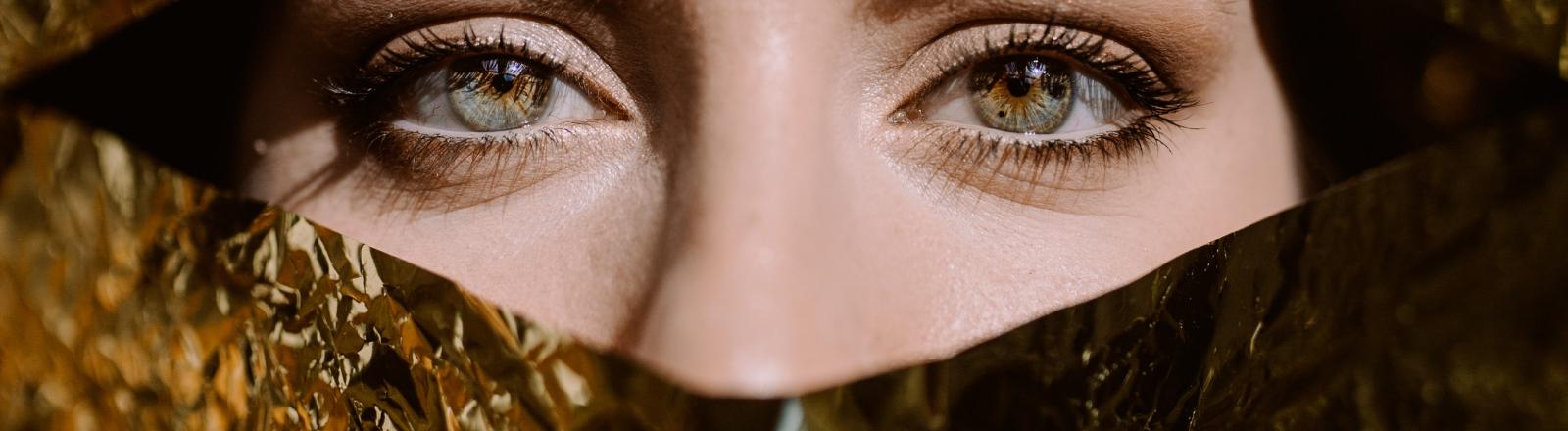 Zurück zum Glamour: Gesicht hinter Goldfolie