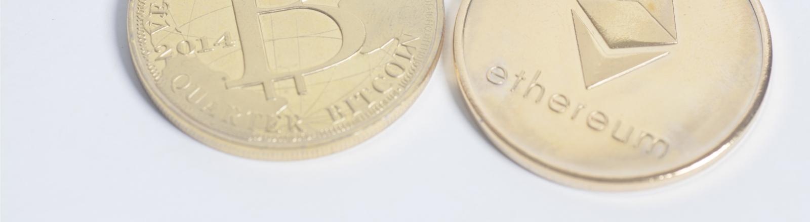 Münzen, die verschiedene Cryptowährungen repräsentieren sollen
