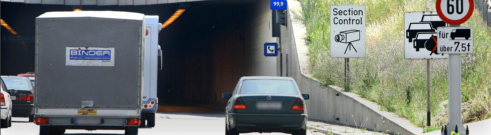 Zwei Autos auf einer Autobahn. Daneben der Streckenradar.