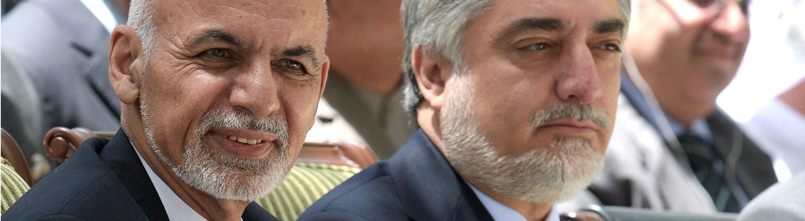 Der afghanische Präsident Ashraf Ghani (l) und der afghanische Regierungschef Abdullah Abdullah sitzen nebeneinander bei einem Empfang in Kabul (30.08.2015)