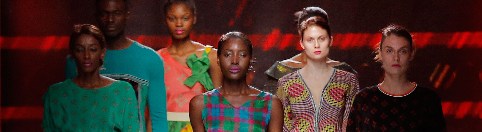 Mode von der Designerin Kibonen auf der Mercedes Benz Fashion Week South Africa in Johannesburg im Oktober 2014.