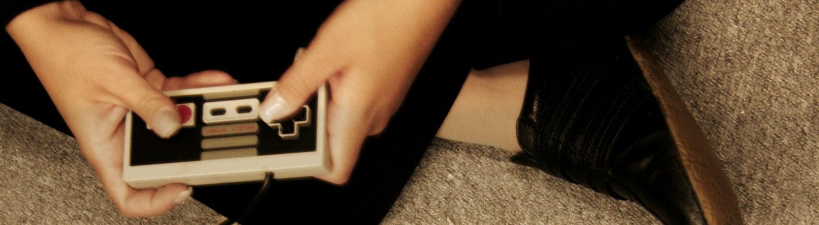 Eine Hand hält einen Joystick.