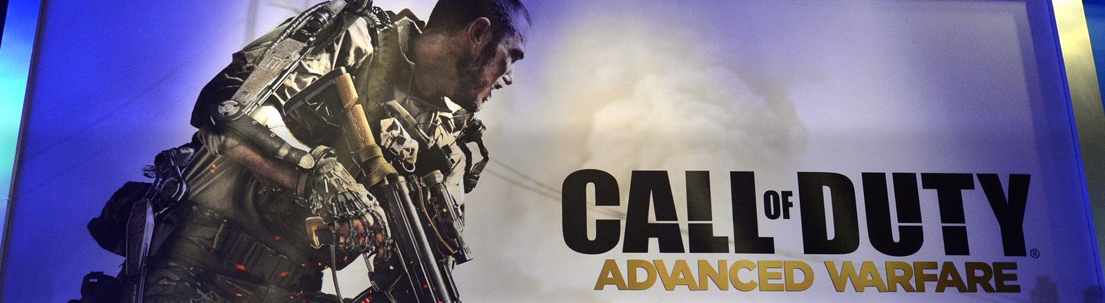 """Ein Poster, auf dem """"Call of Duty"""" Advanced Warfare steht. Daneben ein Kämpfer mit Waffe."""