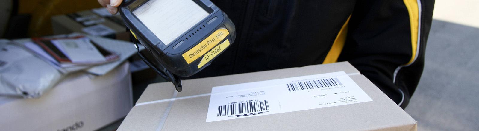 Paketbote scannt Paketschein ein