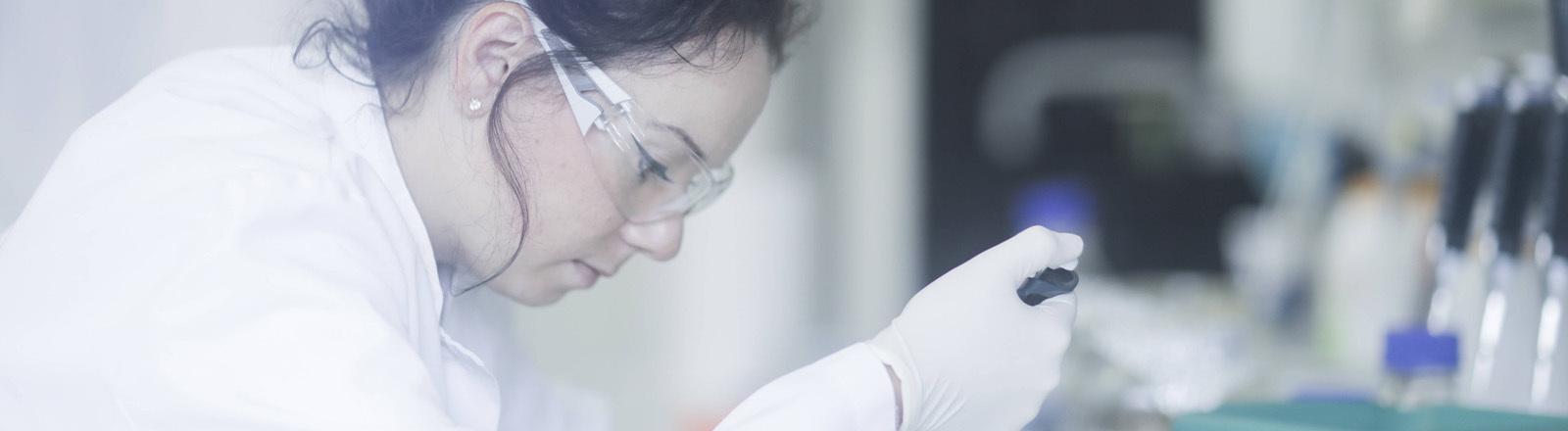 Wissenschaftlerin bei der Arbeit im Labor