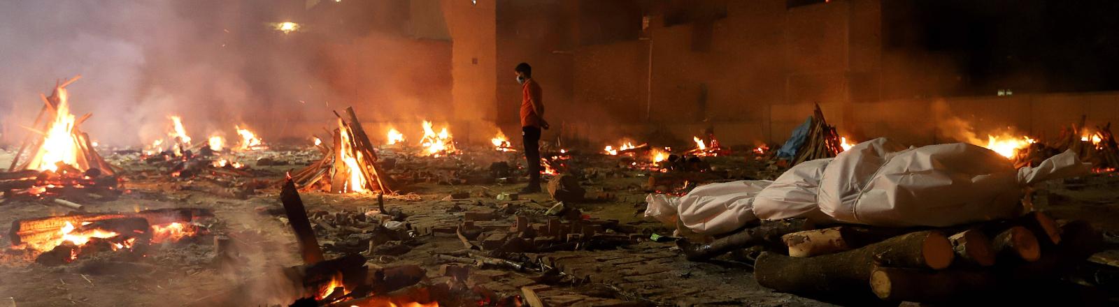 Offenes Krematorium in Neu-Delhi am 26.04.2021