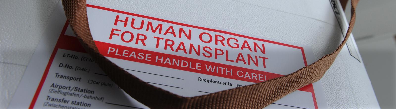 Eine Organtransportbox steht am Dienstag (29.05.2012) in den Räumen der Deutschen Stiftung Organtransplantation.