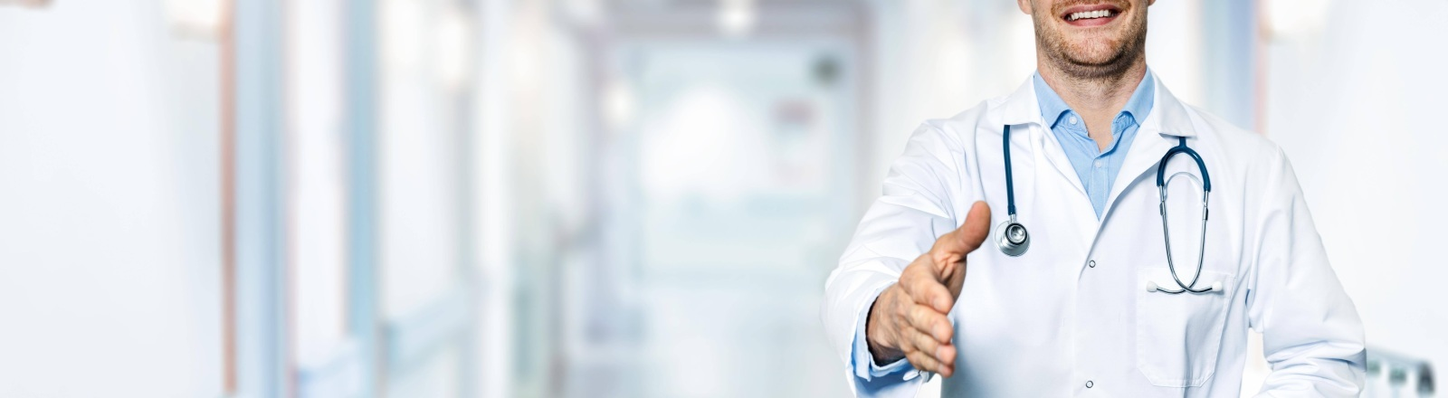 Arzt, der seine Hand zur Begrüßung ausstreckt