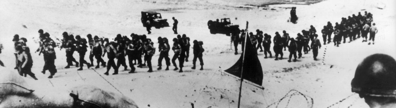 Das Bild zeigt amerikanische Truppen bei der Landung in der Normandie im Juni 1944.