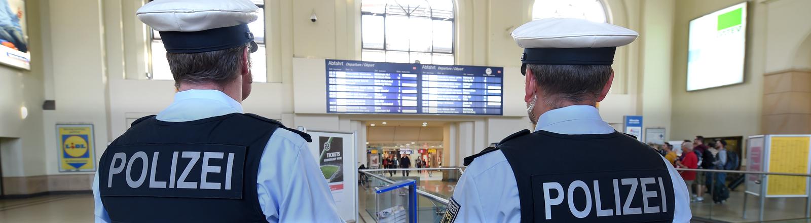 Zwei Beamte der Bundespolizei überwachen am 05.09.2014 die Bahnhofshalle des Hauptbahnhofs in Hannover.