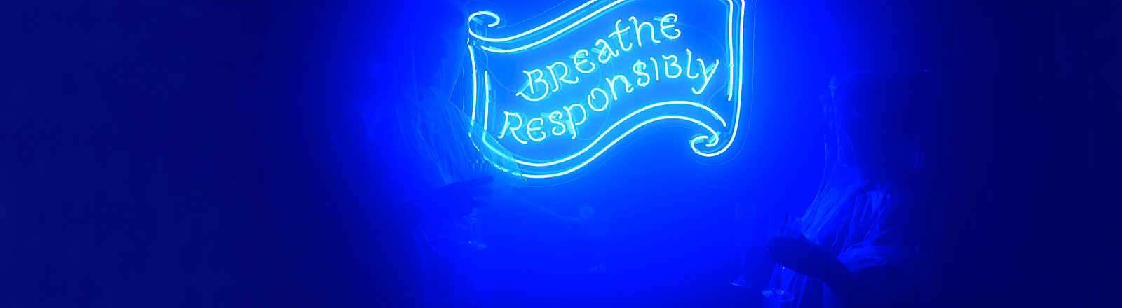 "Londoner Bar ""Alcoholic Architecture"" mit dem Schild ""Breathe responsibly"""
