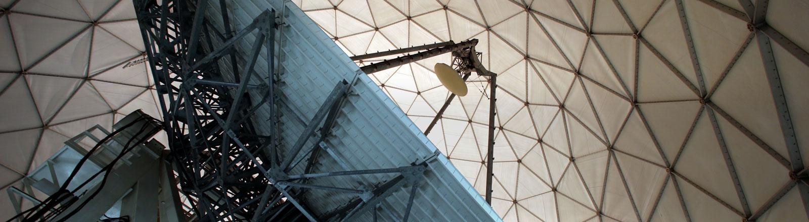 Eine Satellitenschüssel mit über 18 Meter Durchmesser ist am 06.06.2014 in Bad Aibling (Bayern) in einer Empfangsanlage, dem sogenannten Radom, in BND-Außenstelle nahe der Mangfall-Kaserne zu sehen.