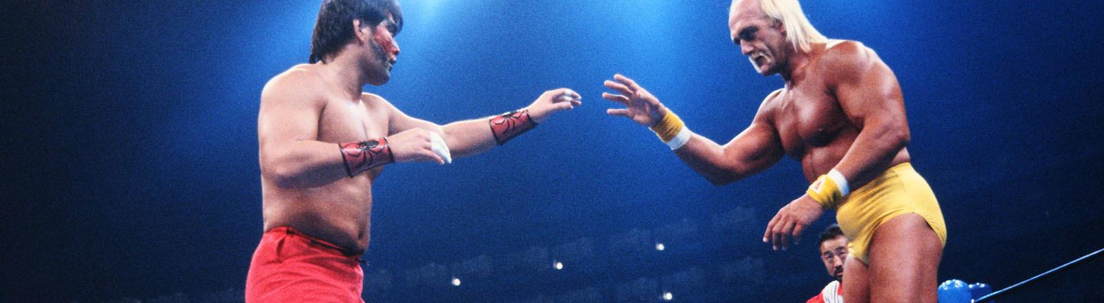 Bei einem Wrestling-Event in Japan steht Hulk Hogan im Ring seinem Gegner gegenüber. Sie schauen sich an (03.05.1993)
