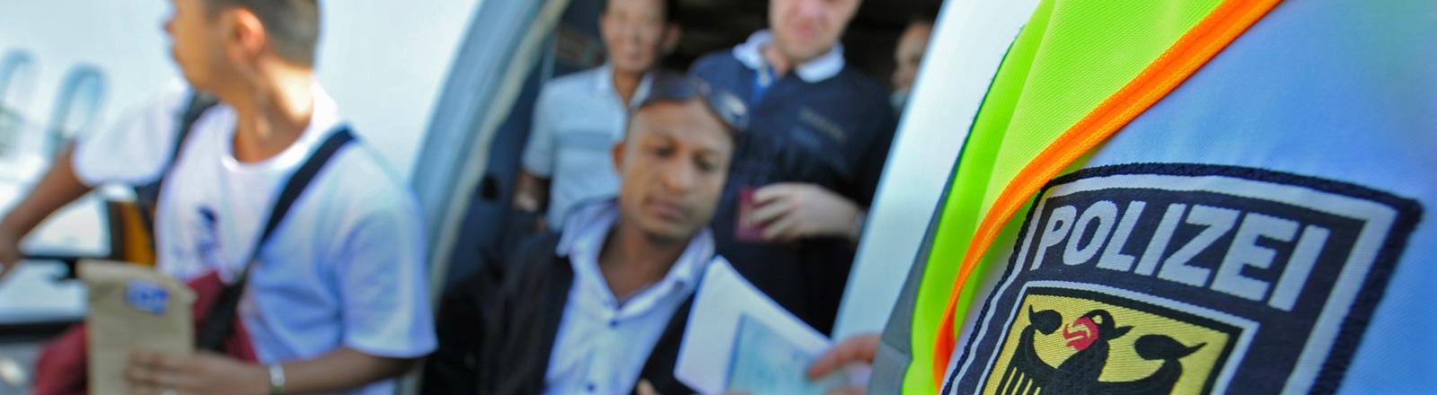 Beamte der Bundespolizei führen am Flughafen Frankfurt/Main bei Reisenden, die gerade ihr Flugzeug verlassen, eine Dokumentensichtung durch.