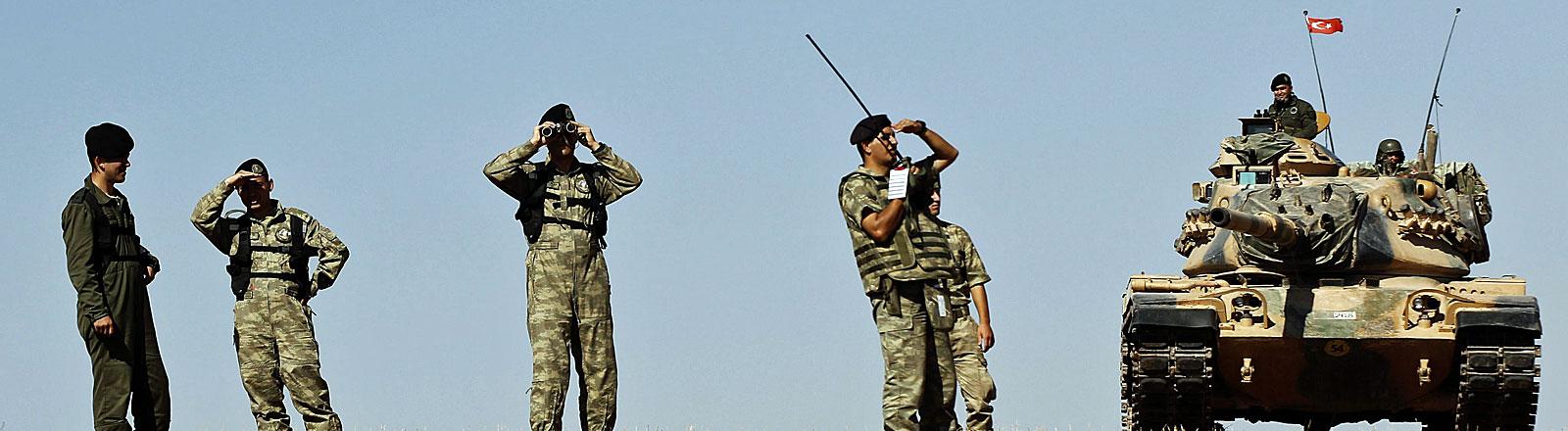 Türkische Soldaten kurz hinter der türkisch-syrischen Grenze nahe Kobane