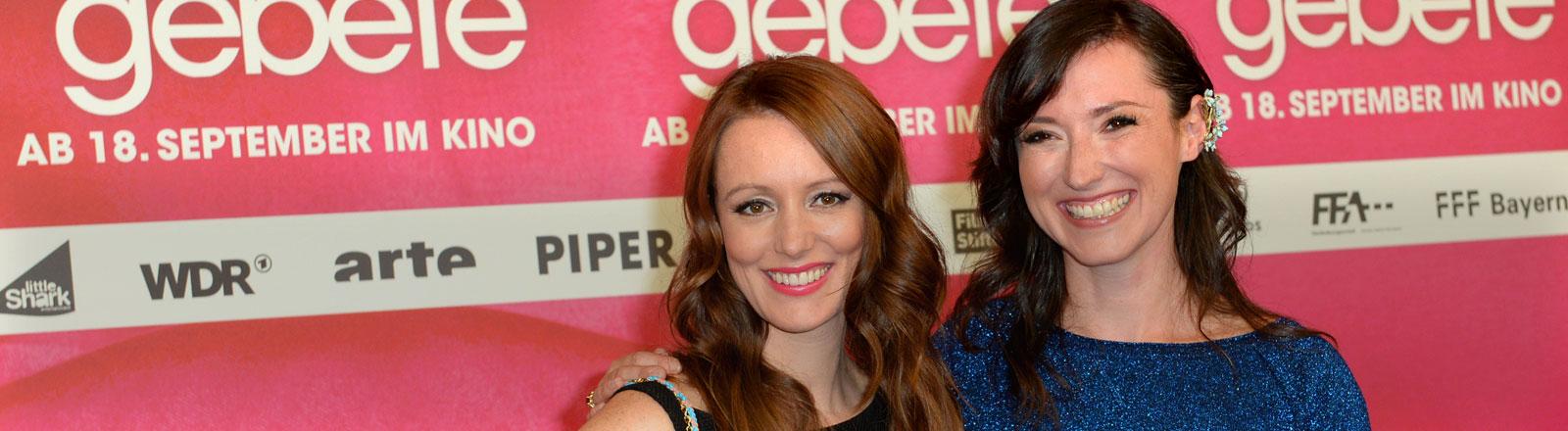 """Die Schauspielerin Lavinia Wilson (l) und die Autorin Charlotte Roche kommen am 08.09.2014 in Berlin zu der Premiere des Kinofilms """"Schoßgebete""""."""