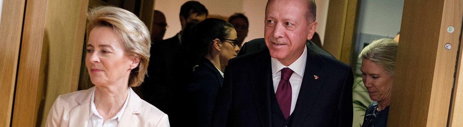 Der türkische Präsident Erdogan und EU-Kommissionschefin von der Leyen bei einem Treffen in Brüssel; sie kommen beide durch eine Tür (09.03.2020)