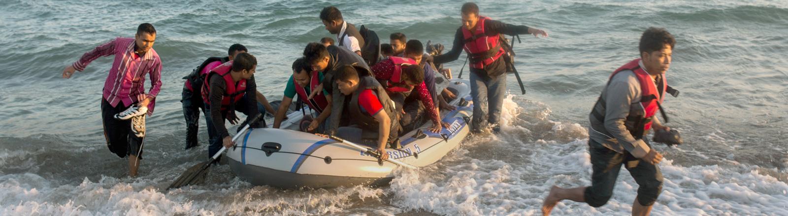 Fluechtlinge kommen auf der griechischen Insel Kos an.