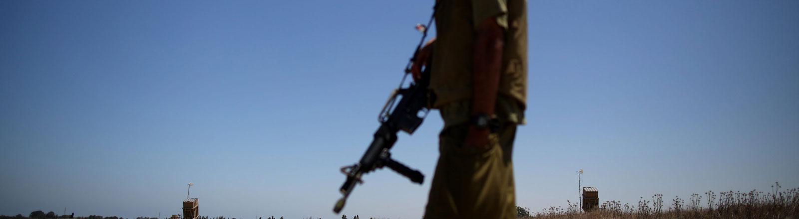 """Ein Israelischer Soldat in der Nähe des Raketenabwehrsystems """"Iron Dome"""""""