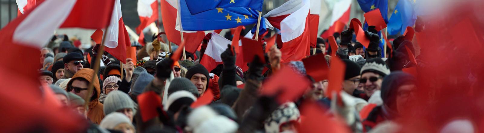 Bei einer Demonstration in Poznan zeigen Bürger der polnischen Regierung die rote Karte.