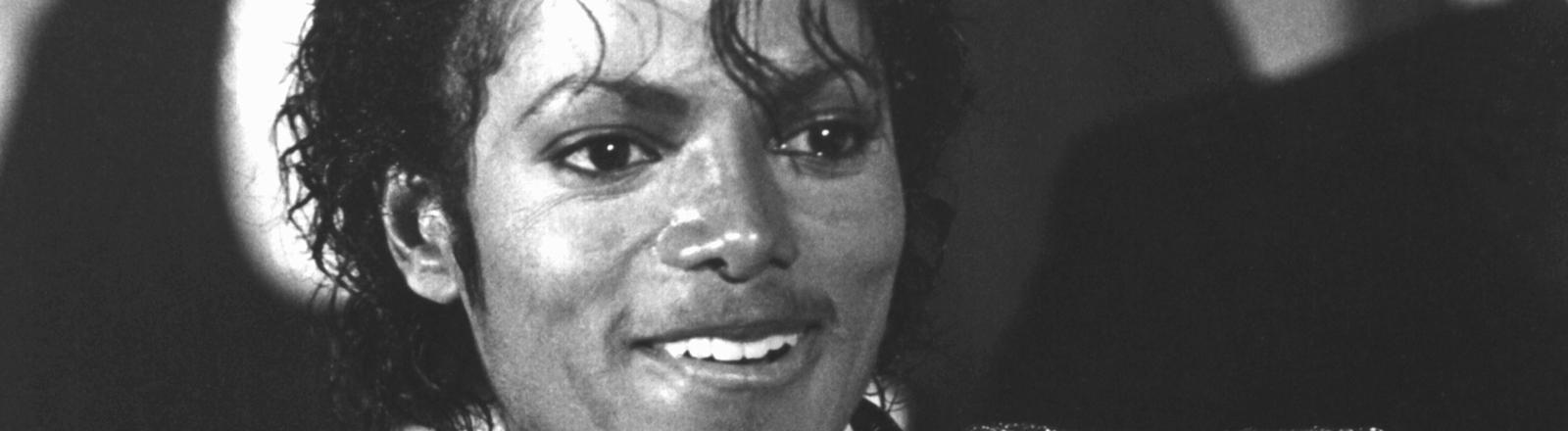 """Der amerikanische Popstar Michael Jackson hält während der Grammy-Verleihung im März 1984 im Shrine Auditorium in Los Angeles seine Trophäen in Hand, die er u.a. für seine Rekord-Platte """"Thriller"""" als bestes Album des Jahres erhalten hat."""