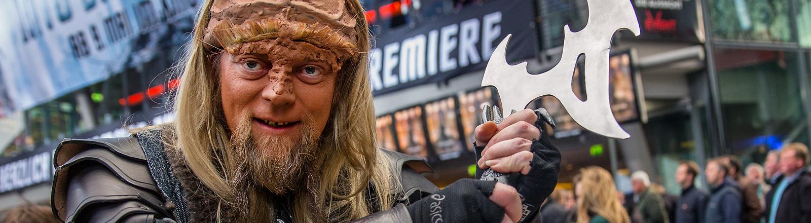 """Ein als Klingone verkleideter Fan kommt am 29.04.2013 in Berlin zur Premiere des Films """"Star Trek Into Darkness""""."""
