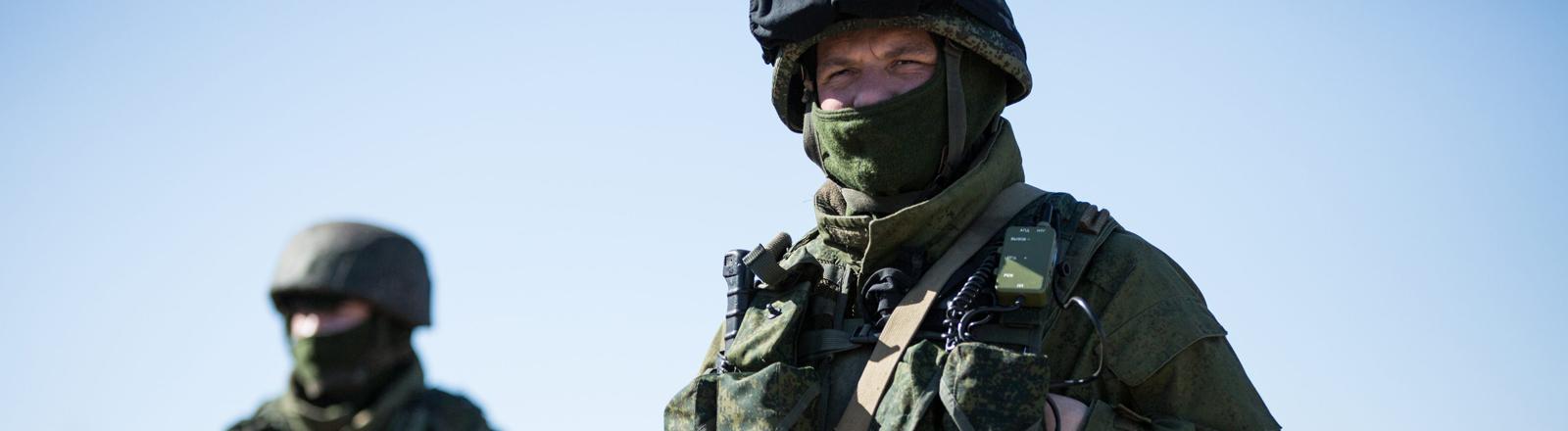 Am 03.03.2014 sind zwei russische Soldaten in voller Uniform auf der Krim unterwegs.