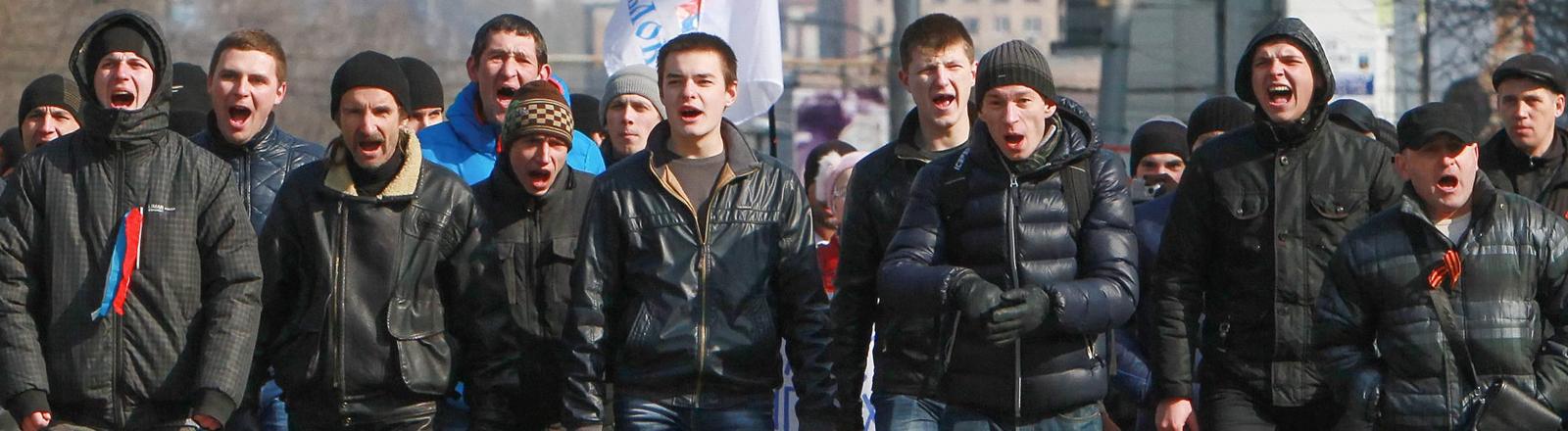 Am 09.03.2014 marschieren in der Krim pro-russische Demonstranten auf der Straße.