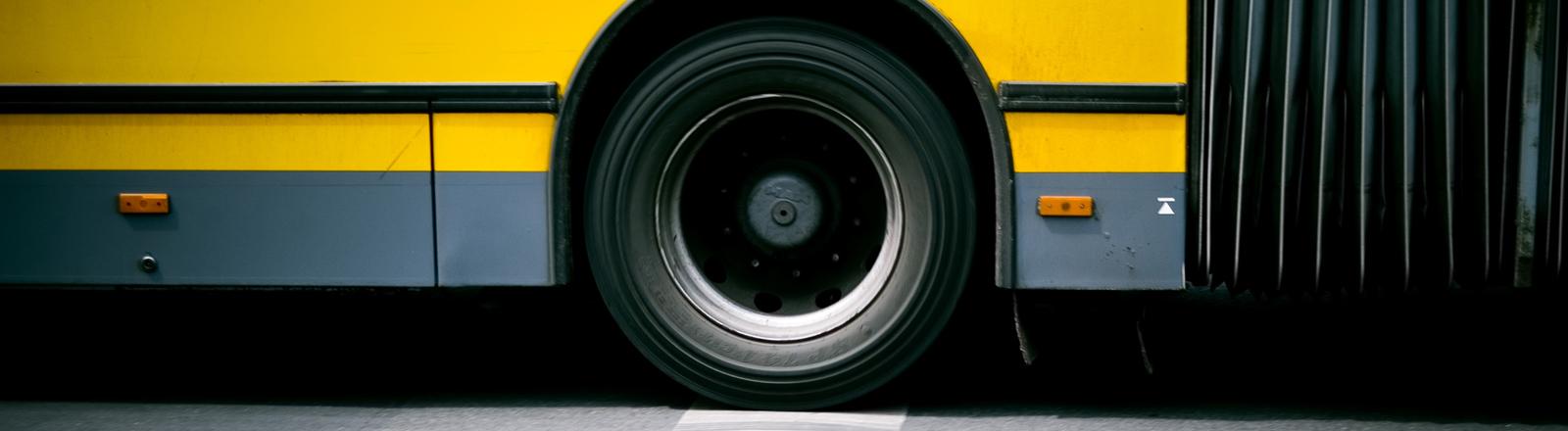 Ein gelber Bus steht auf der Straße.