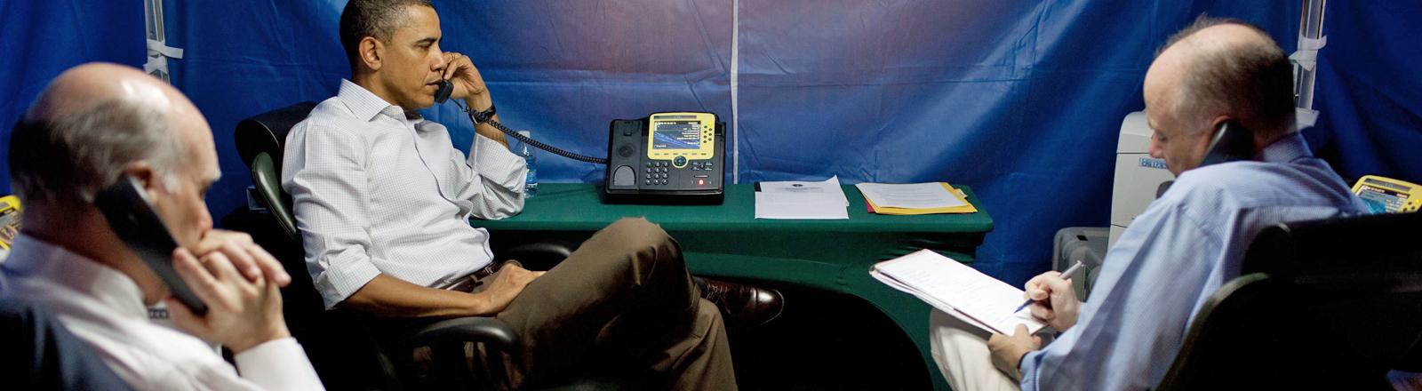 US-Präsident Barack Obama sitzt in seinem abhörsicheren Zelt und telefoniert.