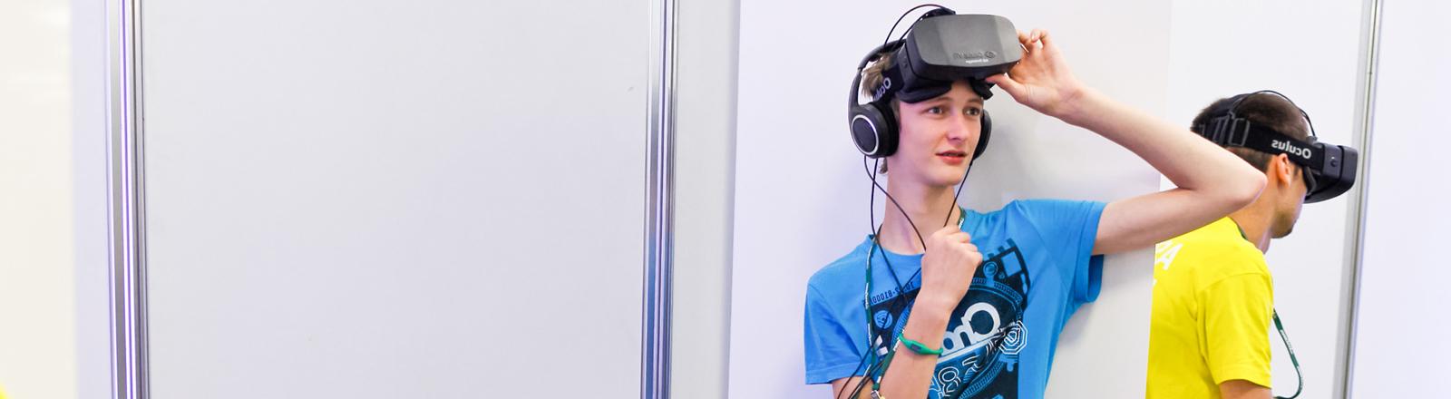 Zwei Jugendliche probieren auf der Gamescom 2013 in Köln die Virtual-Reality-Brille Oculus Rift aus.
