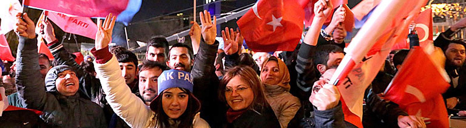 Erdogans Anhänger feiern den Wahlsieg der AKP