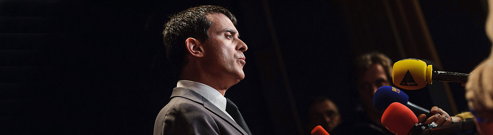 Manuel Valls, der neue Premierminister Frankreichs, vor Mikrofonen