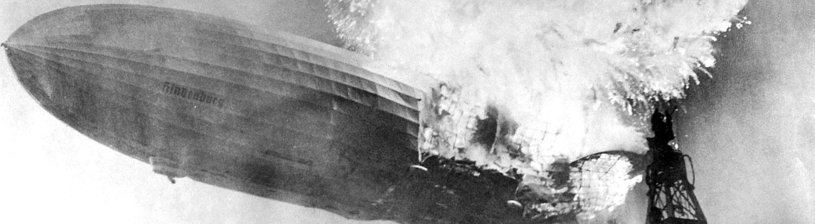 """Der Absturz der """"Hindenburg"""" am 6. Mai 1937 bei der Landung auf dem Luftschiffhafen von Lakehurst in New Jersey bei New York"""