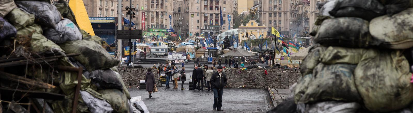 Ein Blick auf den Maidan am 14.04.2014, Sandsäcke, Zelte, ein paar Passanten.