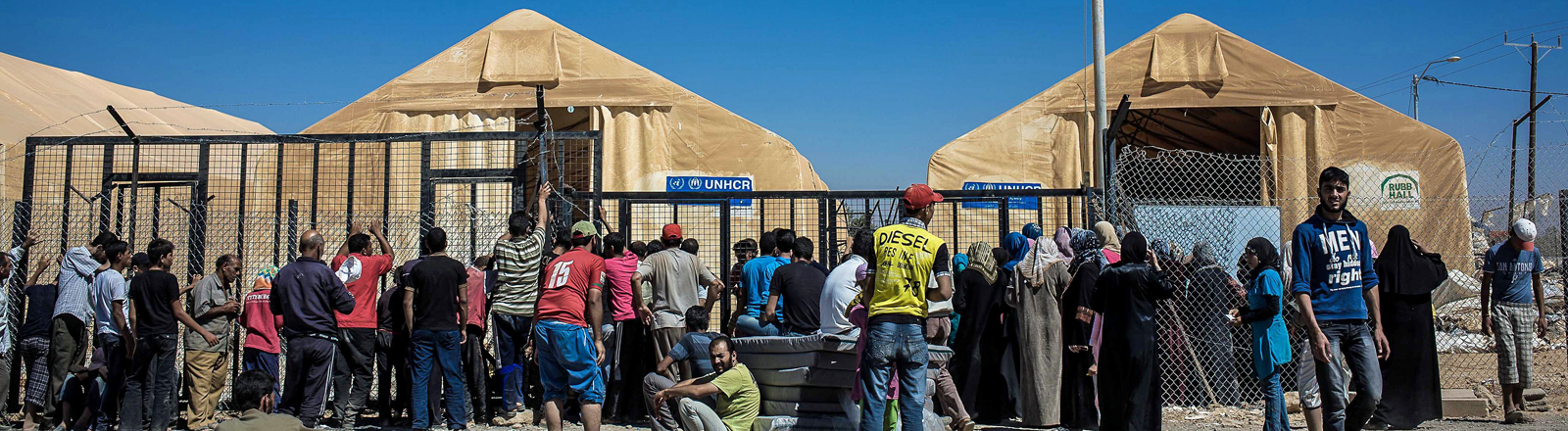 Im Flüchtlingslager Saatari stellt sich am 27.09.2012 eine lange Schlange von Menschen vor Unicef-Zelten auf.
