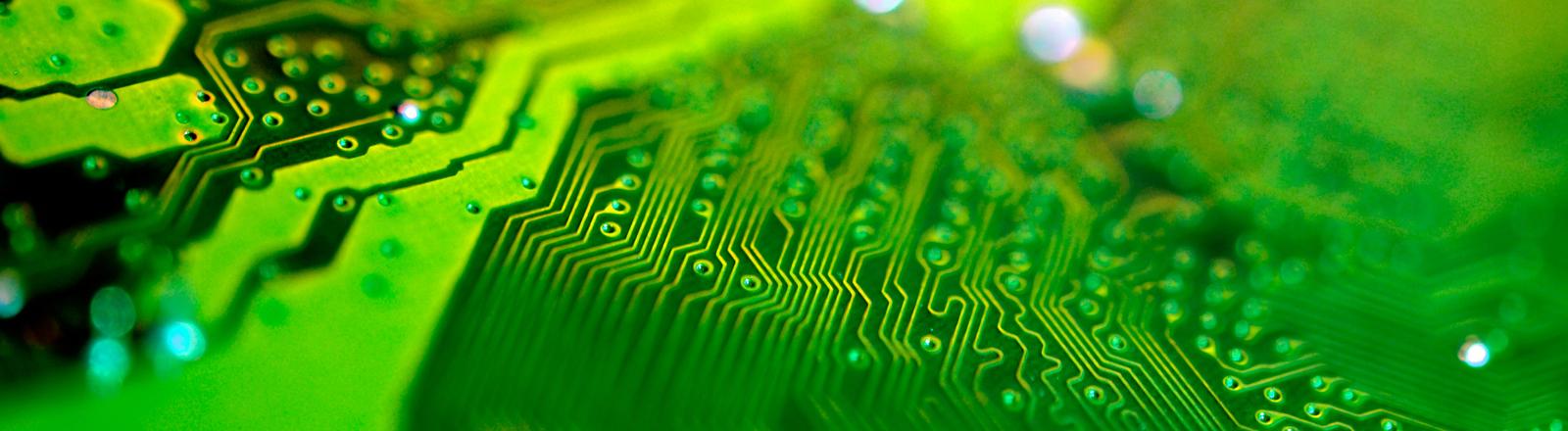 Eine grün leuchtende Computer-Platine.