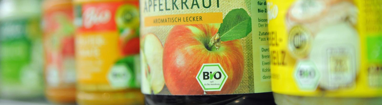 Bio-Produkte in Gläsern stehen am 10.01.2014 in einem Supermarkt.
