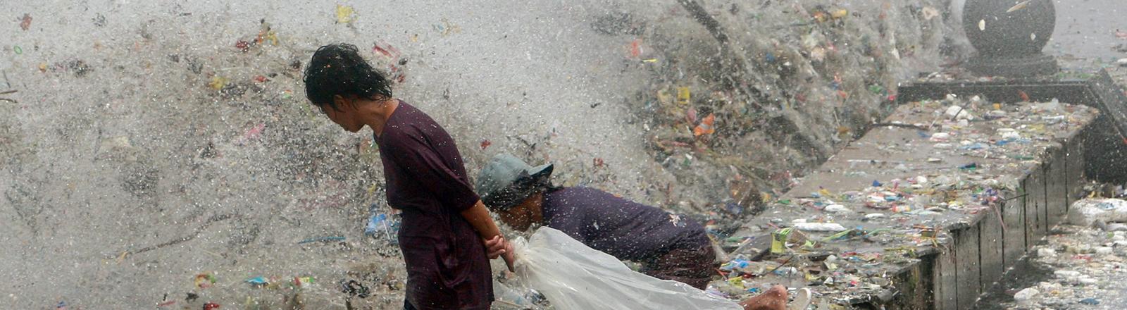 Ein Sturm treibt Wellen von Müll nach Manila und an die Küste.