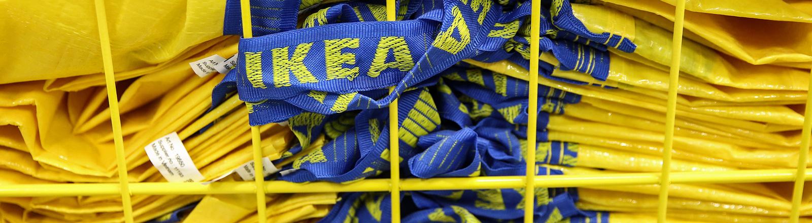 Ein Stapel von Ikea-Tüten.