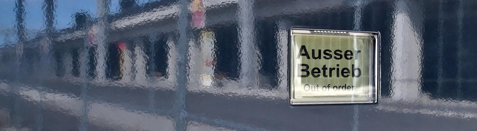 """""""Ausser Betrieb"""" steht auf einem Display in einer Metallwand einer Notrufsäule, in der sich am 16.06.2014 das Terminal des Flughafens Berlin Brandenburg spiegelt."""