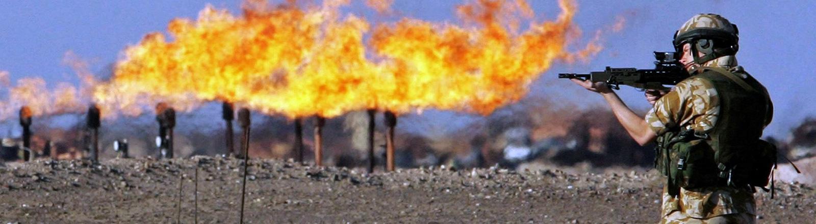 Ein britischer Soldat hält am 26.01.2005 Wache vor einer brennenden Ölstelle.